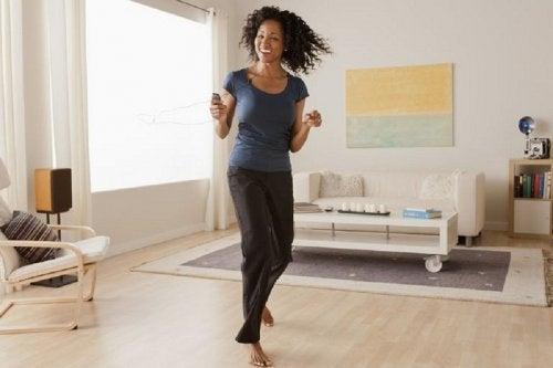 Vrouw danst in de woonkamer