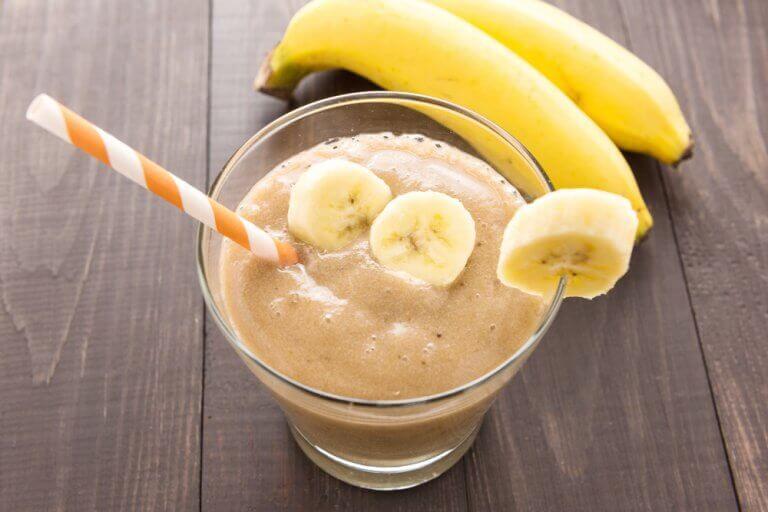 Smoothie met banaan en een rietje