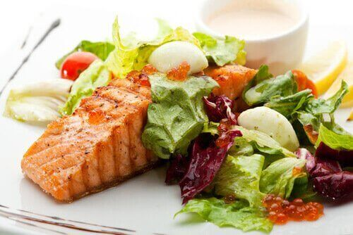 Bord met gegrilde vis en groente
