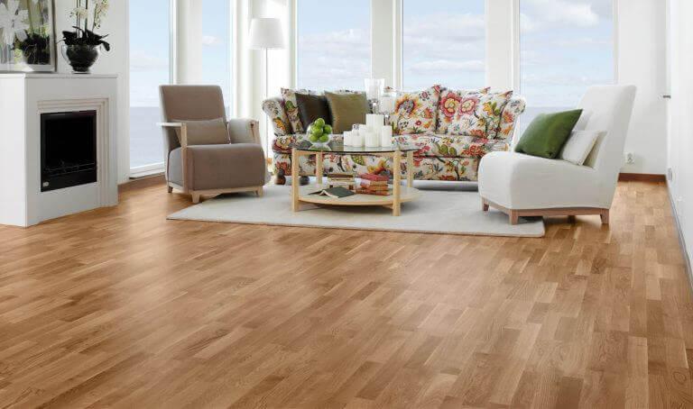 Woonkamer met donker houten vloer