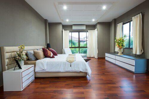Een opgeruimde kamer in een minimalistisch huis