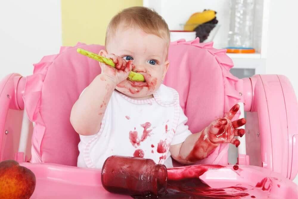 Kindje zit zelf te eten