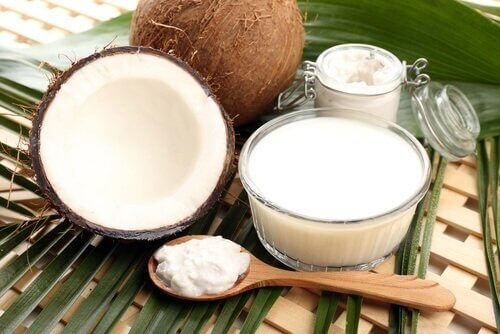 Lepel met mengsel van kokosnoot en citroensap