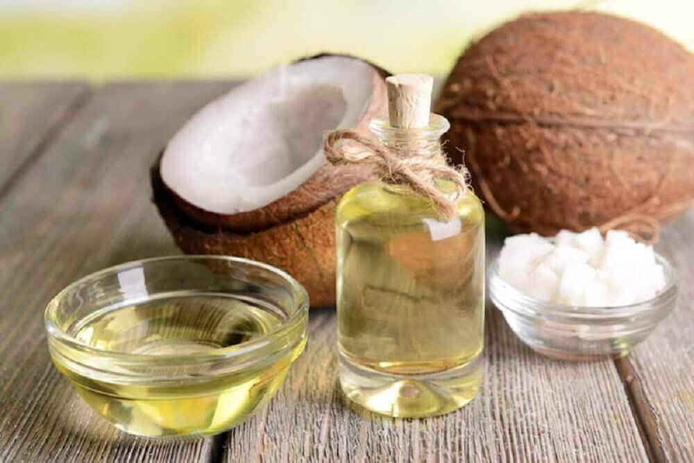 Kokosnoot en flesje kokosolie