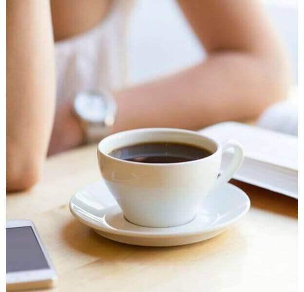 Witte kop en schotel met koffie