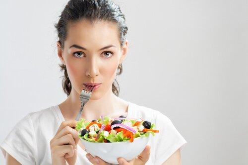 Minder eten om het premenstrueel syndroom aan te pakken