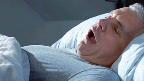 Snurkende man in grijze pyjama