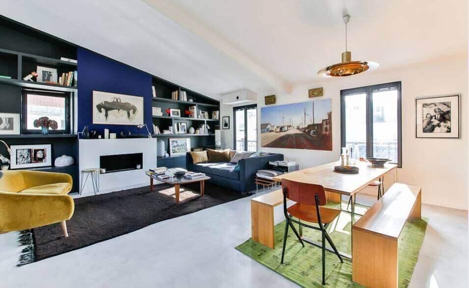 Grote ramen in een minimalistisch huis