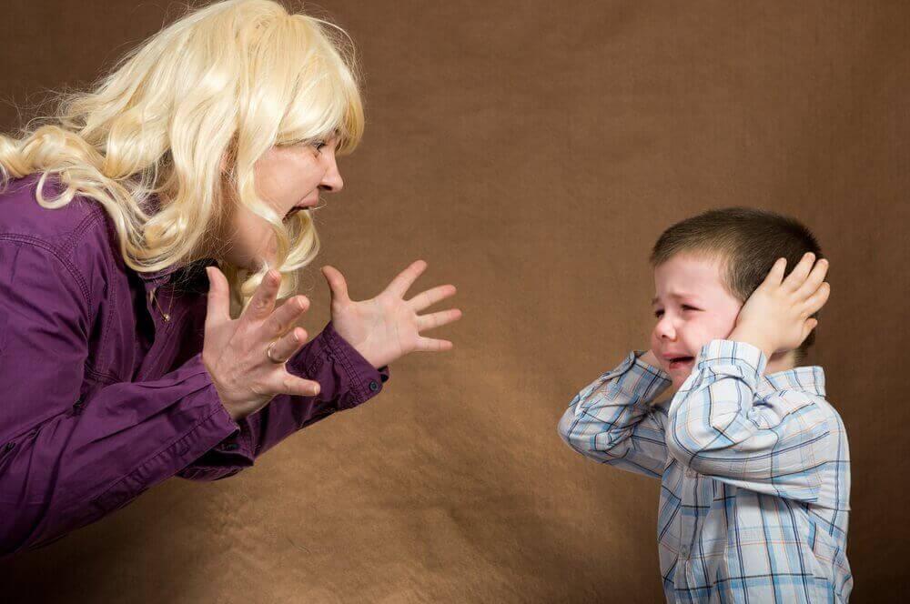 Moeder schreeuwt zoontje huilt