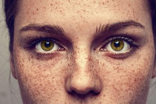 Vrouw met sproeten en groene ogen