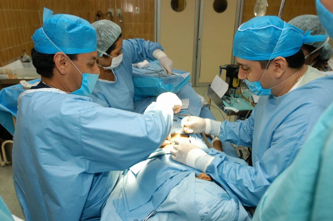 Artsen in operatiekamer