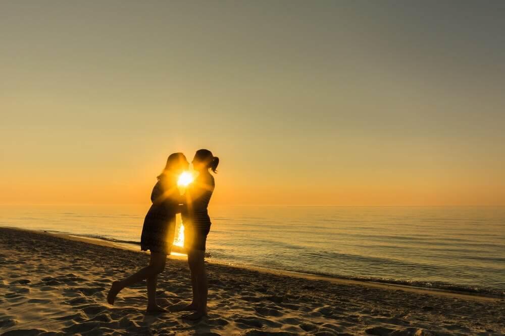 Een paar kust bij een ondergaande zon