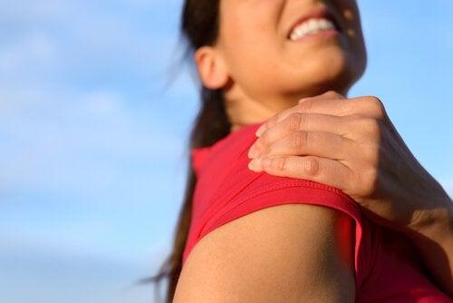 Vrouw met pijn aan haar schouder