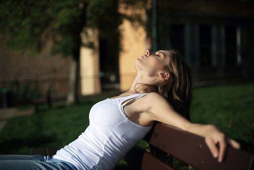 Ontspan je om het premenstrueel syndroom aan te pakken