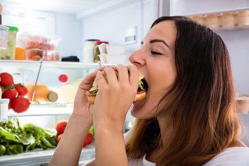 Vrouw eet grote sandwich