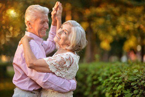 Lachende senioren die dansen