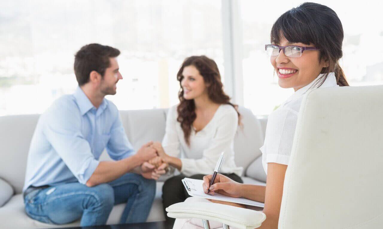 Stel op de bank bij relatietherapie