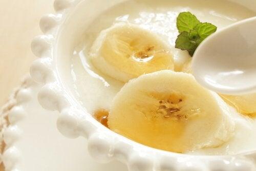 Veganistische yoghurt en banaan
