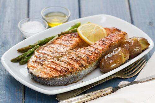 Bord met gebakken vis en groente
