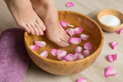 Zoutbaden voor het verwijderen van eeltknobbels op je voeten