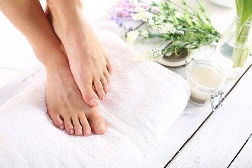 Vier manieren voor het verwijderen van eeltknobbels op je voeten