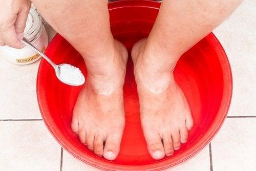 Voetenbad met baking soda