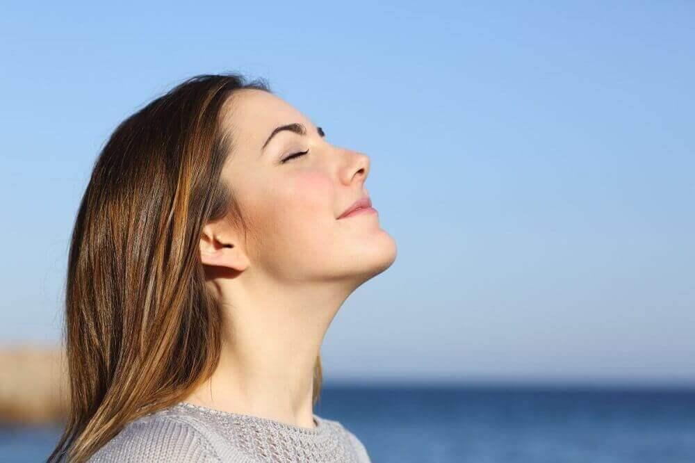 Vrouw doet aan het strand ademhalingsoefening