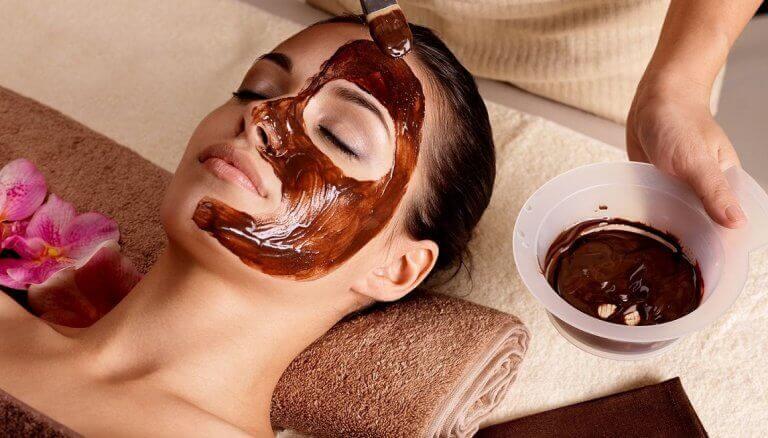 Vrouw met bruin gezichtsmasker
