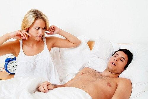 Snurkende man en gefrustreerde vrouw