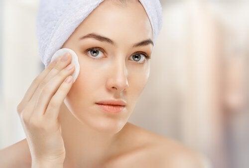 Vrouw met handdoek om hoofd