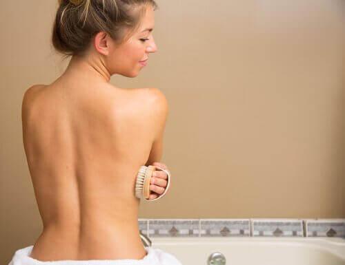 Vrouw gebruikt doucheborstel