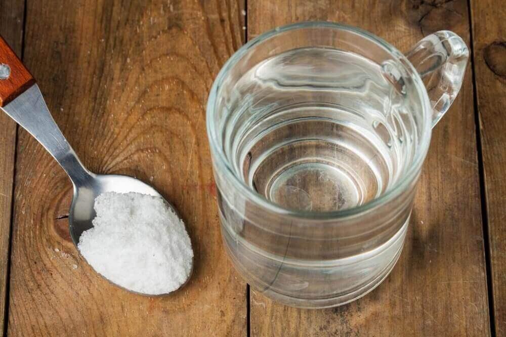 Glas waterstofperoxide en een lepel baking soda