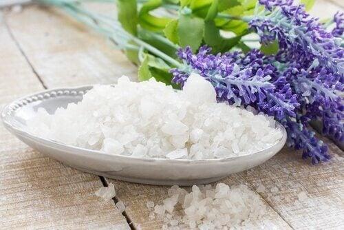 Bakje zeezout met er naast lavendel