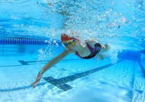 Onderwater foto van een zwemmende vrouw