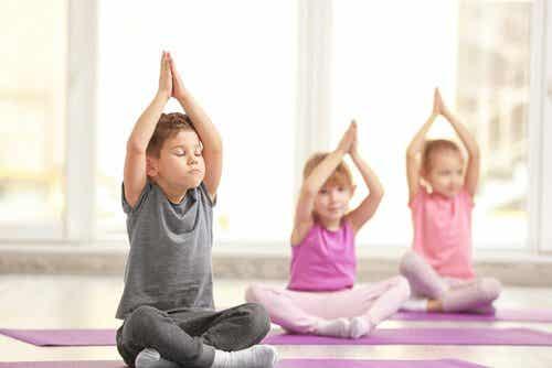 Yoga voor kinderen heeft drie fantastische voordelen te bieden