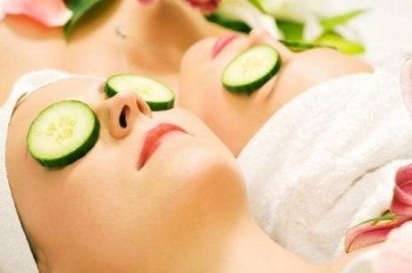Drinken van komkommersap en komkommerplakjes op je ogen