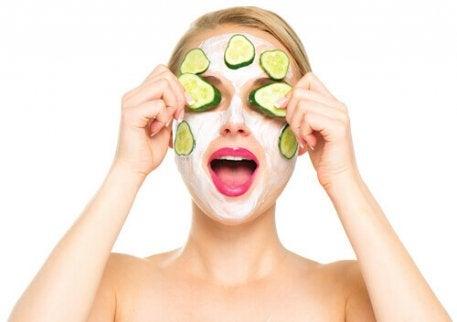 Wallen onder de ogen voorkomen met komkommer