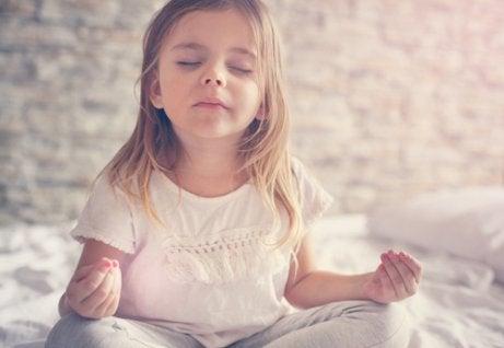 Yoga voor kinderen: leren om stress vast te stellen en te beheersen