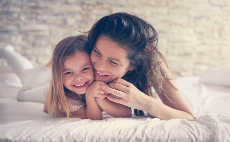 Invloed van de kindertijd: moeder en dochter knuffelen