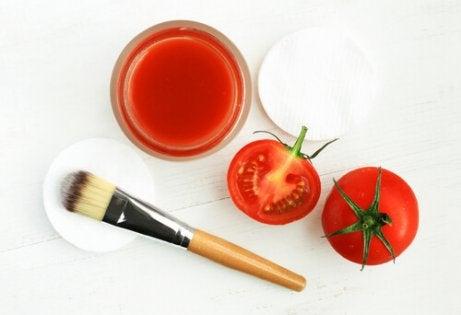 Wallen onder de ogen aanpakken met tomaat