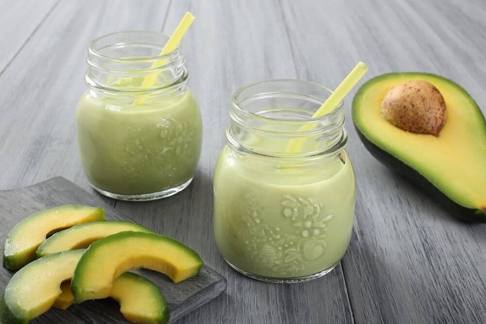 Smoothies met avocado en yoghurt