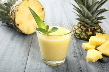 Smoothies met avocado en ananas