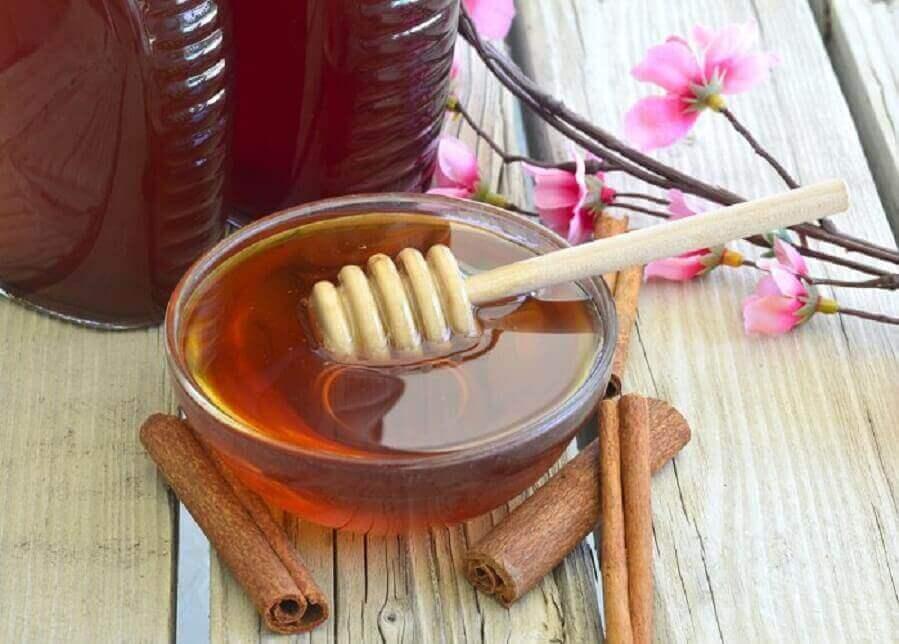 De symptomen van bronchitis bestrijden: kaneel en honing