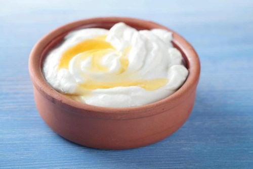 Een masker vanhoning en yoghurt