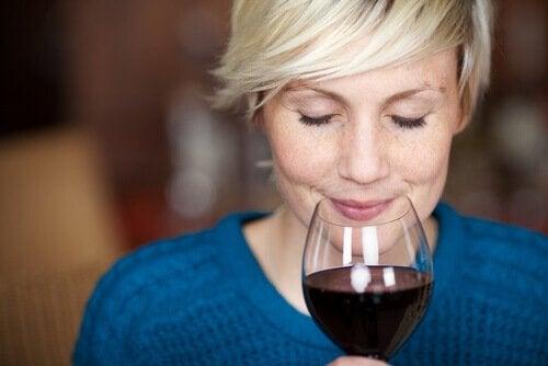Vrouw ruikt aan wijn