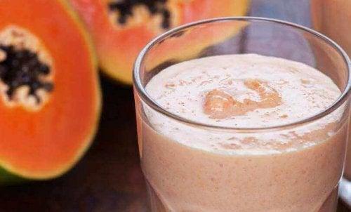 Smoothie van papaja en amandelmelk is gemakkelijk te bereiden