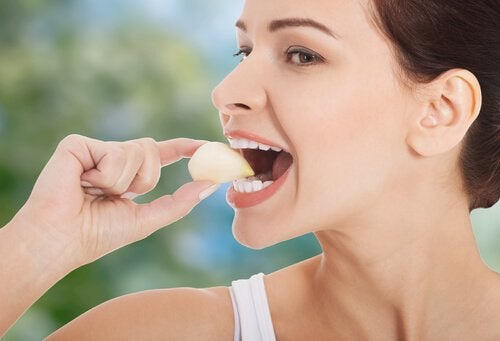 Rauw knoflook eten