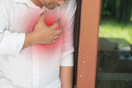 Symptomen van myocarditis: pijn op de borst