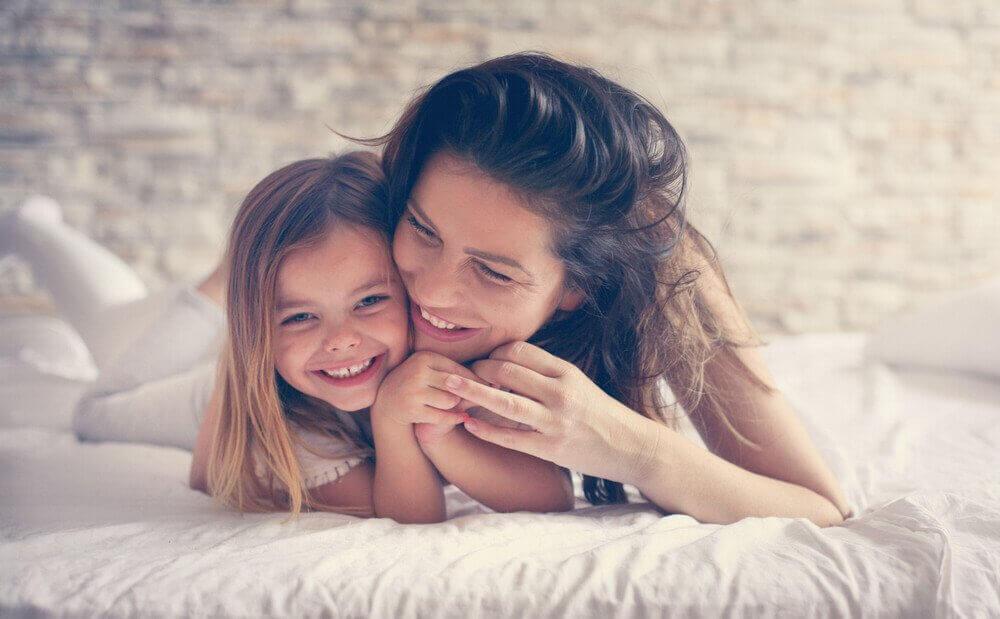 Een sterkere moeder-kindrelatie door met elkaar te lachen