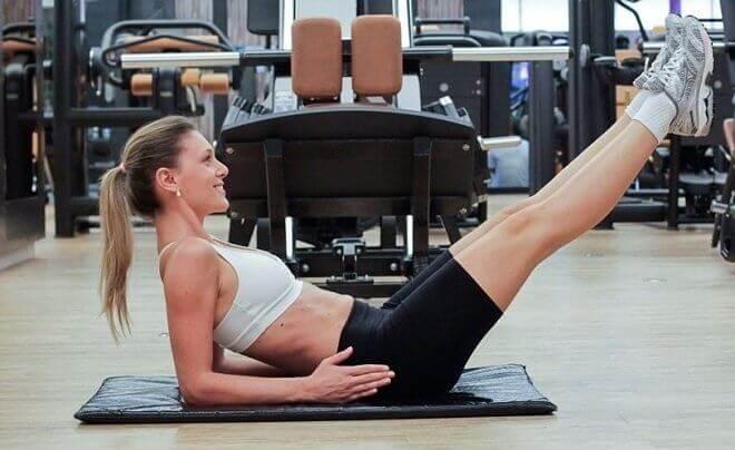 Vrouw die oefeningen doet voor mooie buikspieren